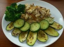 Upečené kuřecí maso s cuketou, brokolicí a okurkou